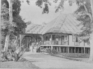 Administratörsbostaden på plantagen Helvetia, Medan, Sumatra, cirka 1890. (Bild från Wikimedia Commons med tillstånd av tropenmuseum, Amsterdam.)