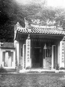 Det kinesiska templet på plantagen Boeloe Tjina, Bilden är tagen någongång före 1940. (Bild från Wikimedia Commons med tillstånd från Tropenmuseum, Amsterdam.)
