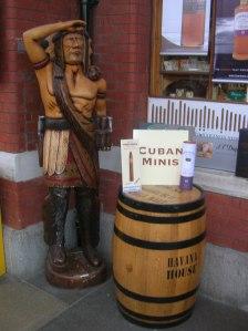 En cigarrindian utanför en cigarraffär i Windsor, Storbritannien. (Bild från Wikimedia Commons.)