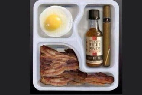 Ultimat LCHF-cigarrfrukost: bacon, ägg, cigarr och en viskypinne! (No copyright infringement intended, Andrew!)