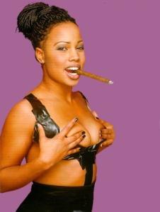 Alice Bah Kunke, kulturminister fr.o.m. idag, rökandes en cigarr.